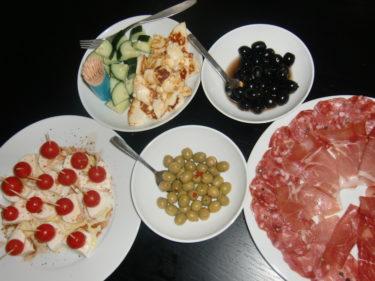 Vi åt italiensk salami och parmaskinka, halloumi mm till förrätt, sedan blev det Magnus favoriträtt spaghetti och köttfärssås.