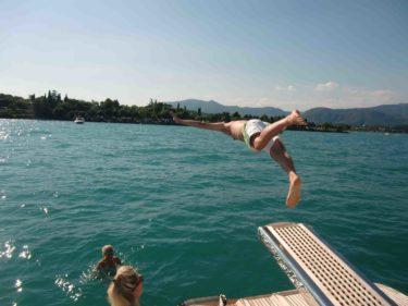 Bad från båten i det turkosa vattnet (Hannah-Prutt i vattnet).