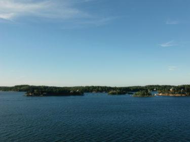 Vyn från båten ut över Stockholms skärgård.