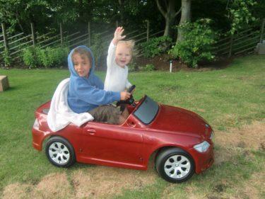 Mio körde runt Liv i deras lilla mini-BMW.