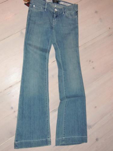 Hittade ett par snygga utställda jeans från märket RAER. De hade kostat 1500 kr men nu kostade de 350 kr. fYND! Älskar 70-talsstil på kläder.
