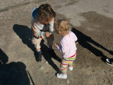 På första rasten bjöd skolan alla barn på glass. Mio delade med sig av sin till Livis.