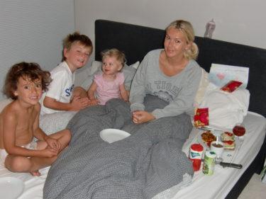 Peter och barnen väckte mig med sång, frukost och tårta på sängen.