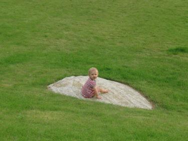 Liv satte sig på en sten i trädgården och filosoferade en stund.