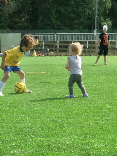 Äntligen dök brorsan upp och spelade fotboll med henne stund.