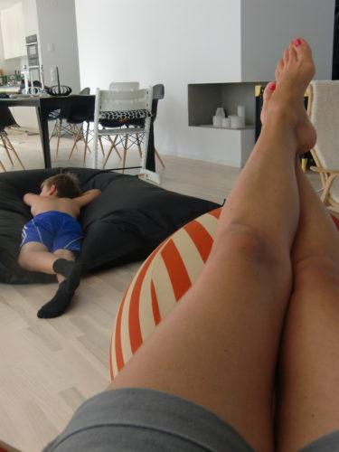 ...och somnade som en stock på golvet så fort vi kom hem. Själv somnade jag också en stund i fåtöljen och Liv på min mage.