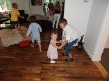 Barndiscot är i full gång. lance dansar med Liv, och hon blev helt hooked på honom och hans dansstil.