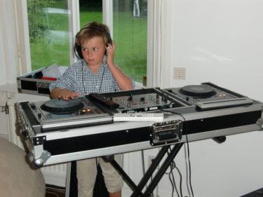 William är DJ och står för musiken.