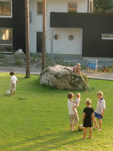 Lekar och fotboll på vår gräsmatta. Notera William med Livis på höften. Gulligt.