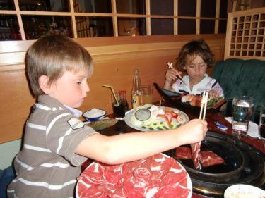 Jag, William och Peter åt Sukiyaki. Då kokar man sin mat i en god buljong i en gryta på bordet. Entrecote, grönsaker och nudlar. Fantastiskt gott!