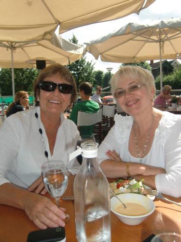 Vi åt en god lunch på SAND nere vid hamnen. Marianne och mamma ler ikapp.