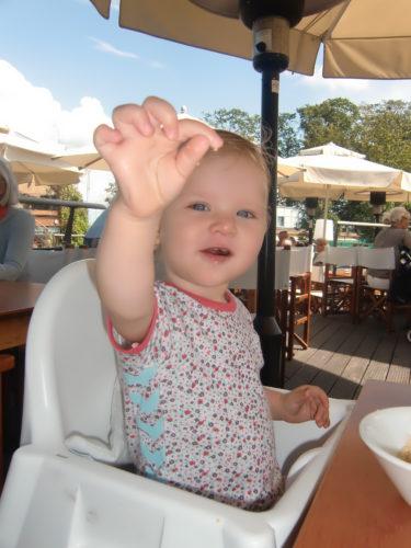 Världens underbaraste lilla Liv. Hon försöker visa dig cous-cousen hon åt.