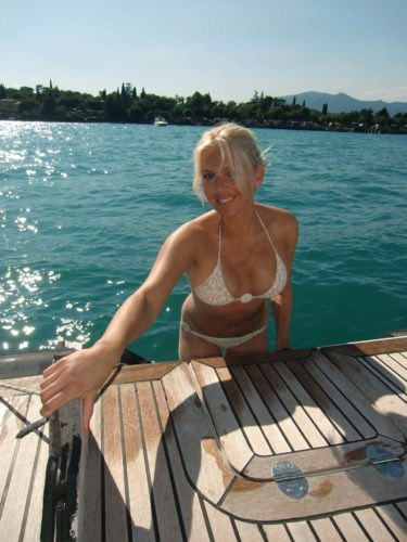 Vi åkte över till den norra delen av Gardasjön och sedan stannade vi till på olika platser på vägen tillbaka. Jag är i vanlga fall en badkruka, men var självklart tvungen att ta ett dopp. Det är ju inte varje dag man har turen att kliva ner i ett turkosblåttvatten från en lyxbåt...