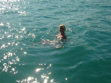 Jag ser inga hajar eller sjöodjur, jag är inte rädd. Det var mantrat jag sade högt för mig själv när jag simmade runt.