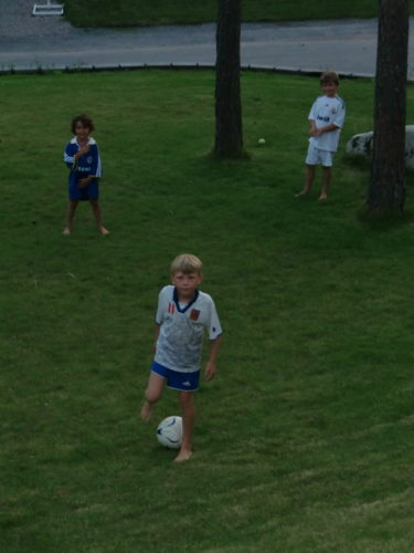 Mina prinsar ska ha fotbollsläger nästa vecka. Så de och Alex laddar hela dagarna inför nästa veckas utmaningar.