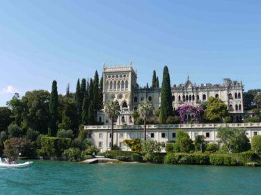 Den enda ön som fanns var en privatägd ö med detta slott. Kan du förstå att en familj bor här?