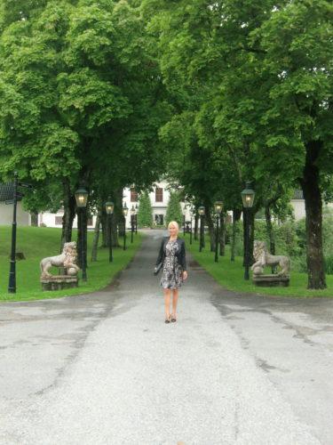 I förmiddags på väg upp till slotten för att äta brunch. Idag hade jag på mig min andra fina klänning från MALINA. Det var finklädsel som gällde även idag.