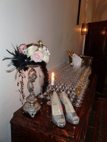 Camillas snygga glittriga Louboutin-skor stod prydligt uppställda vid Champagnebordet.