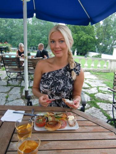Alla rätterna på brunchbuffé-bordet kom från Camillas kokbok. Gott! Jag älskar ju bufféer. Jag är lite som en hund som inte känner när det räcker och äter tills den dör.