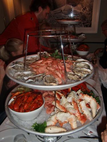 ...och skaldjursplatår som gjorde mig helt vild. Om man bortser från ostronen som jag tycker smakar som en snorlobba eller en salt, otäck kallsup. åt hummer, kräftor, räkor och krabba som en galen människa.