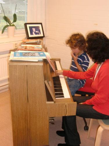 Mio var lite nervös till en början men efter en stund var han hooked. Vet du var jag hittar billiga piano eller keyboards? Han kan nog inte öva på Livs minipiano som även kan göra djurläten.