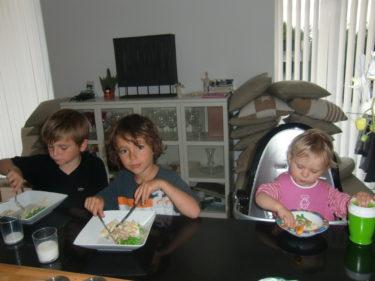 Titta vad söta de är när det sitter och äter middag tillsammans vid köksön. Får panik på alla utekuddar som du ser i bakgrunden. vet inte var jag ska göra av dem. Alla förråd är fulla med mina kartonger. Du vet att jag har en psyksjuk samlare i mig.
