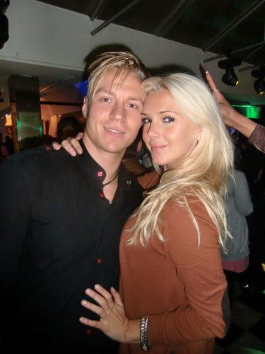 Sångaren Ola Svensson tog ton. Låtsas om som om du inte ser mig på denna bild! Pinig pose.