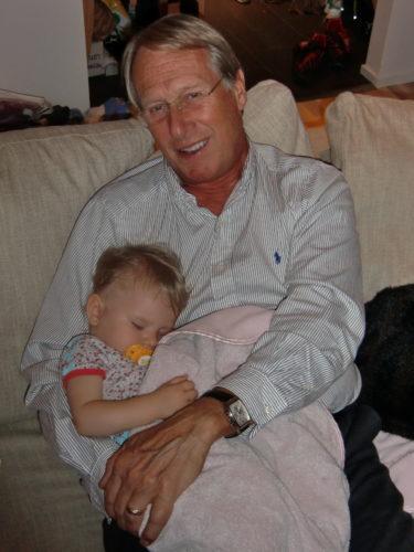 Igår kväll somnade Liv tryggt i farfar Kais famn.