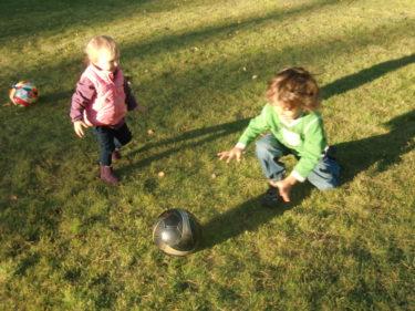 Liv och Mio spelade fotboll och busade.