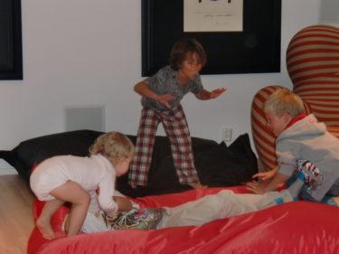 Barnen blev som galan efter maten och hoppade runt och brottades i puffarna. Liv tjöt av skratt.