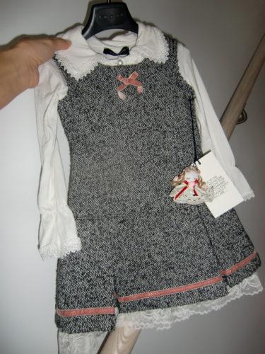 Liv fick en fin present av farfar Kai. En söt klänning med fina detaljer från ett märke där jag själv har kläder från.