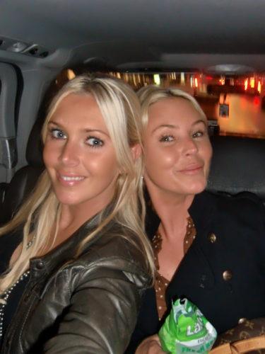 Jag och syster i taxin på väg till Sture Hof.