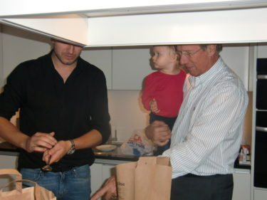 Peter och Kai visade upp sina matlagningskunslaper och jag och Liv blev servade. Liv ser dock lite skeptisk ut.