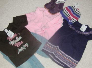 Och så fick hon bl a en rosa fleecejacka, jeans, tröjor, mössa, stickad klänning och ett par lila skor från H&M.
