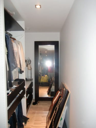 Om jag tar bort skrptet som står på golvet vad tror du då om att sätta upp tavlorna på vägen till höger? Kan bli bra tror jag.