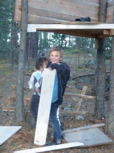 Pojkarna byggde på sin koja innan ett galet vattenkrig utbröt i skogen.