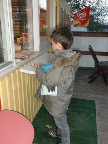 Mio och Tristan fick köpa varsin glass på kiosken. Stod och iakttog dem när de vänligt beställde sina glassar och betalade.
