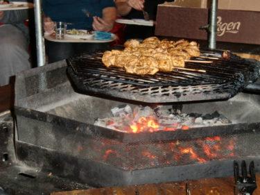 Vi åt grillspett, potatisgratäng och sallad. Så gott! det var speciellt att sitta inne i kåtan och grilla. Det doftade gott, varm varmt och en riktigt, riktigt mysig stämning låg över kåtan.