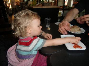 Gourmet som hon är så hjälpte hon oss att äta upp den fina Italienska salamin och chorizon.