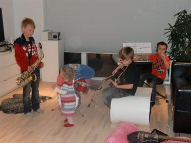 Tur att vi bor i hus annars hade vi nog blivit vräkta av allt spelande. Alex kom över med sin saxofon och Liv fick också vara med på ett hörn.