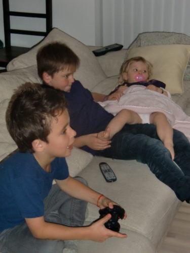 """Barnen spelade tv-spel och slappade i soffan. Vi åt tacos (som enligt en kvällstidning alla """"Svensson-familjer"""" gör på fredagar) och myste tillsammans."""