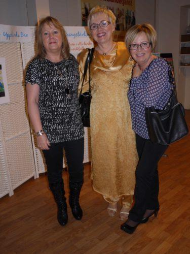 Mamma hade på sig sin vackra sidendress från Indien dagen till ära. Här står hon med sina systrar. Min moster till höger om mamma hade åkt hit ända från Boden.
