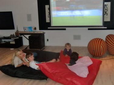 Vi gosade ner oss efter middagen och så fick pojkarna titta en pyttestund på Sverige-Holland-matchen.