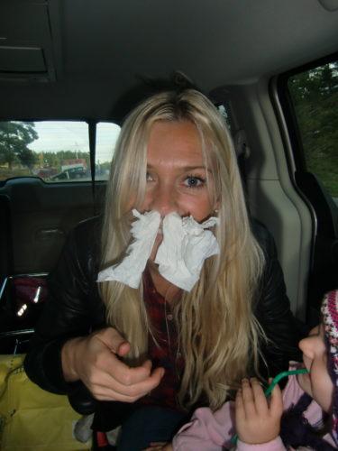 När jag och Liv satt i bilen och väntade på Peter när han handlade så valde Livan att gre igen å sin faster Pernillas vägnar. Var tvungen att stoppa upp papper i näsan. Höll på att kvävas av stanken.