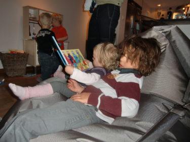 Liv och Mio låg i en puff och läste och de andra småpojkarna grejade i mini-köket.