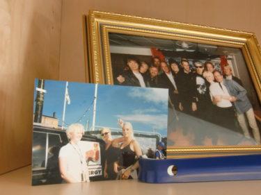 Hittade ett kort med mig, syster och Monica på Monicas kontor. Hon intervjuade oss efter vårt uppträdande på NRJ-dagen i Stockholm 1998. Rolig liten anekdot.