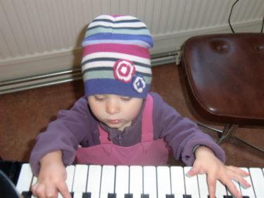 Liv passade å att spela lite piano när vi väntade på William och Mio som hade lektion i gitarr och piano.