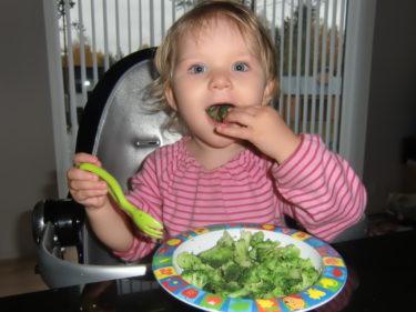 Livs nya favorit är kokt broccoli. Hon åt upp allt på tallriken!
