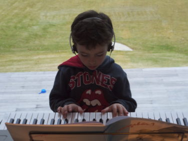 """Hemma övade Mio på sitt piano. I går fick han lära sig """"Tears in Heaven"""". Filmade honom med mobilen för jag var imponerad att han lärt sig den på knappt en halvtimme. Du ska få se den."""