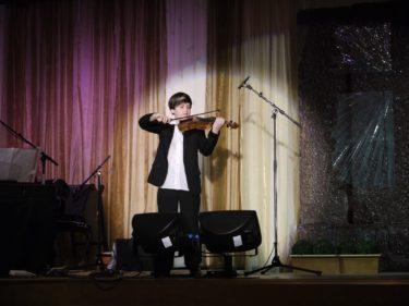 Timothy är en pojke på elva år, ett musikaliskt underbarn. han var helt otroligt duktig. Han fick stående ovationer när han spelat klart.